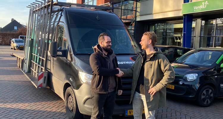 Kevin Vermeer en Matthijs Hubers geven elkaar een hand voor de werkbus van Kevin